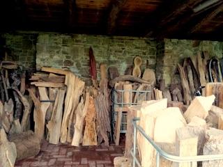 Atelier hestia im Kloster Malgarten: Holz-Fundus in der Remise