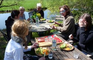kleine Mahlzeit am Wasserlauf der Hase