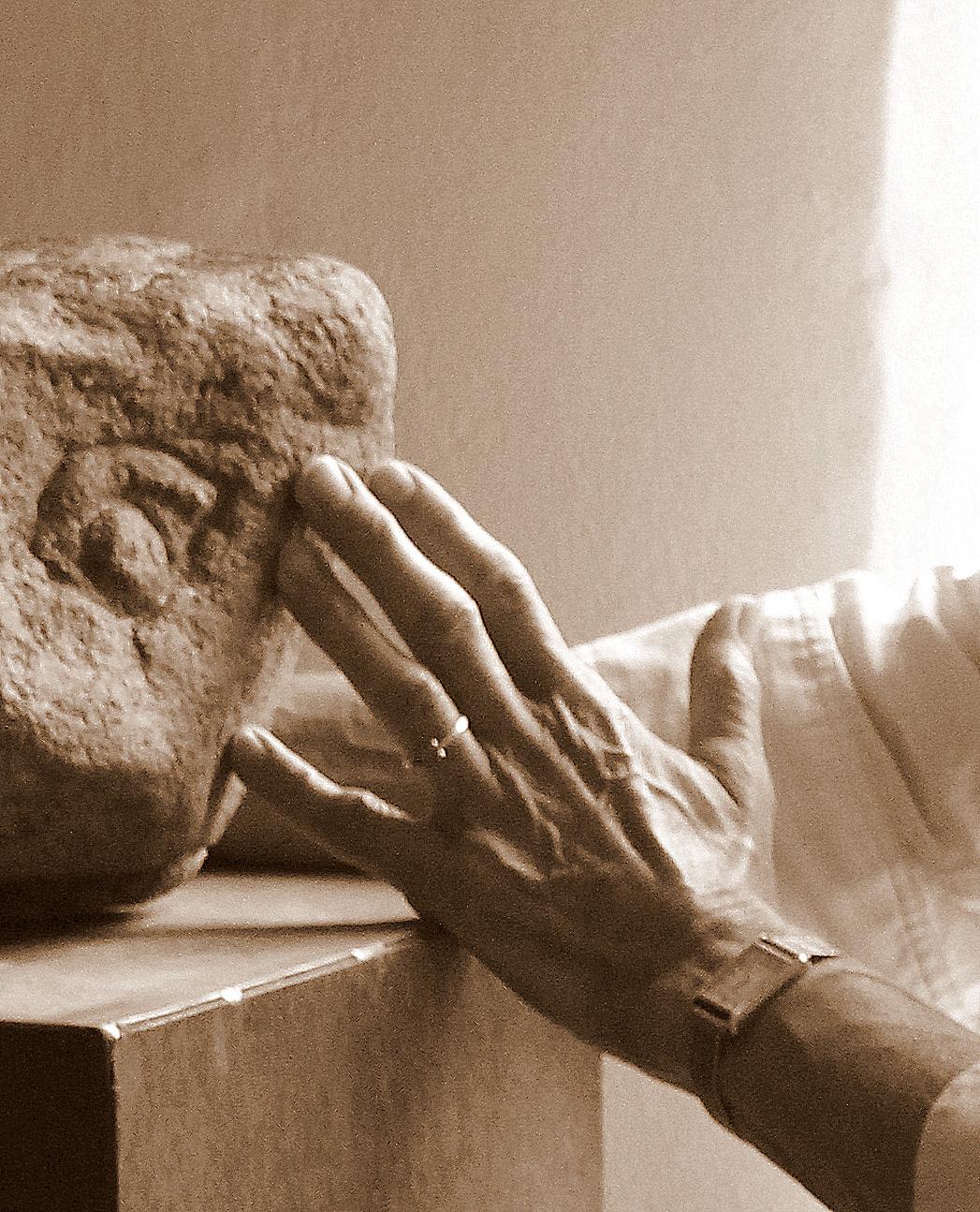 Hände an Stein (Teilnehmerin) ERKUNDEN
