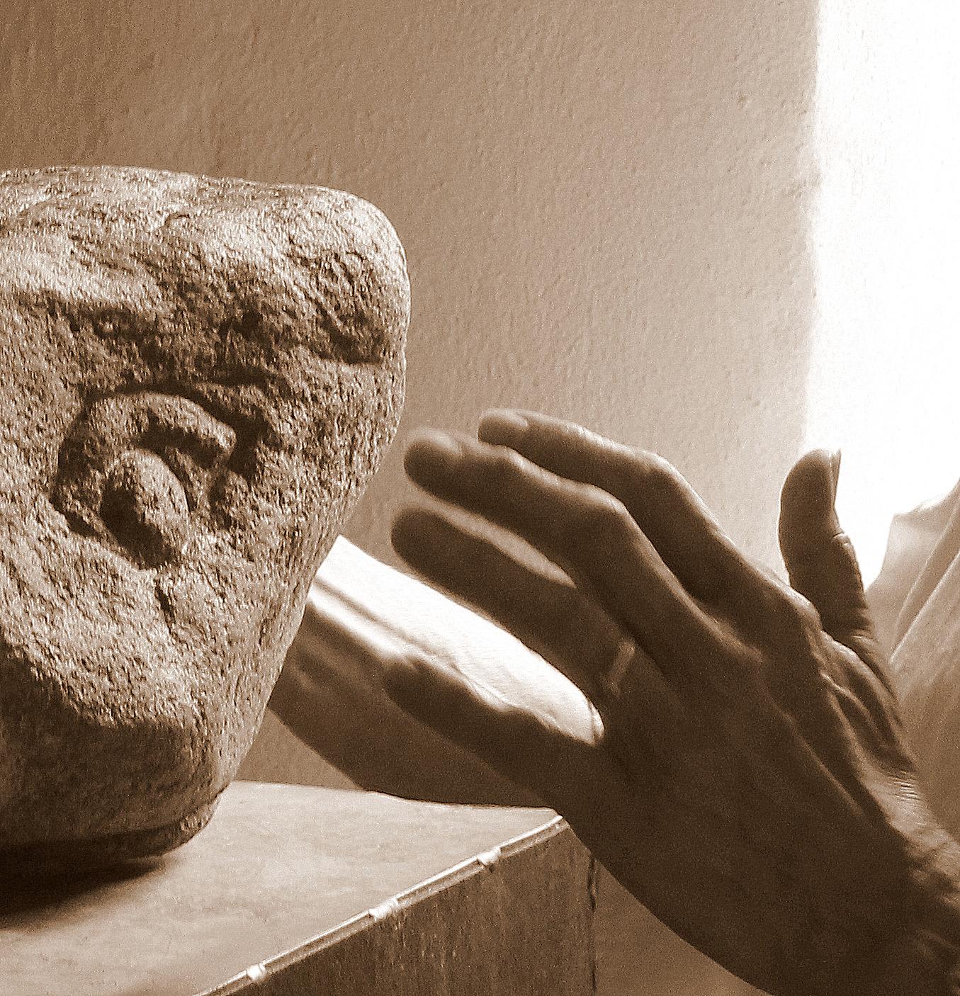 Hände an Stein (Teilnehmerin) ANNÄHERN