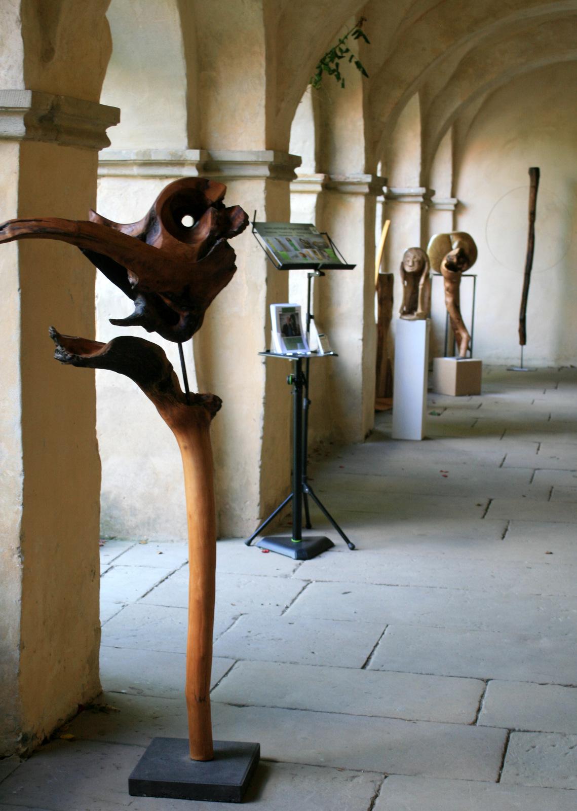 Atelier hestia im Kloster Malgarten: Holzsymposium_Ausstellung Kreuzgang